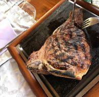 Bistecca fiorentina pronta per essere tagliata. Ristorante Trattoria Osenna San Quirico D'OrciaSan Quirico d'Orcia