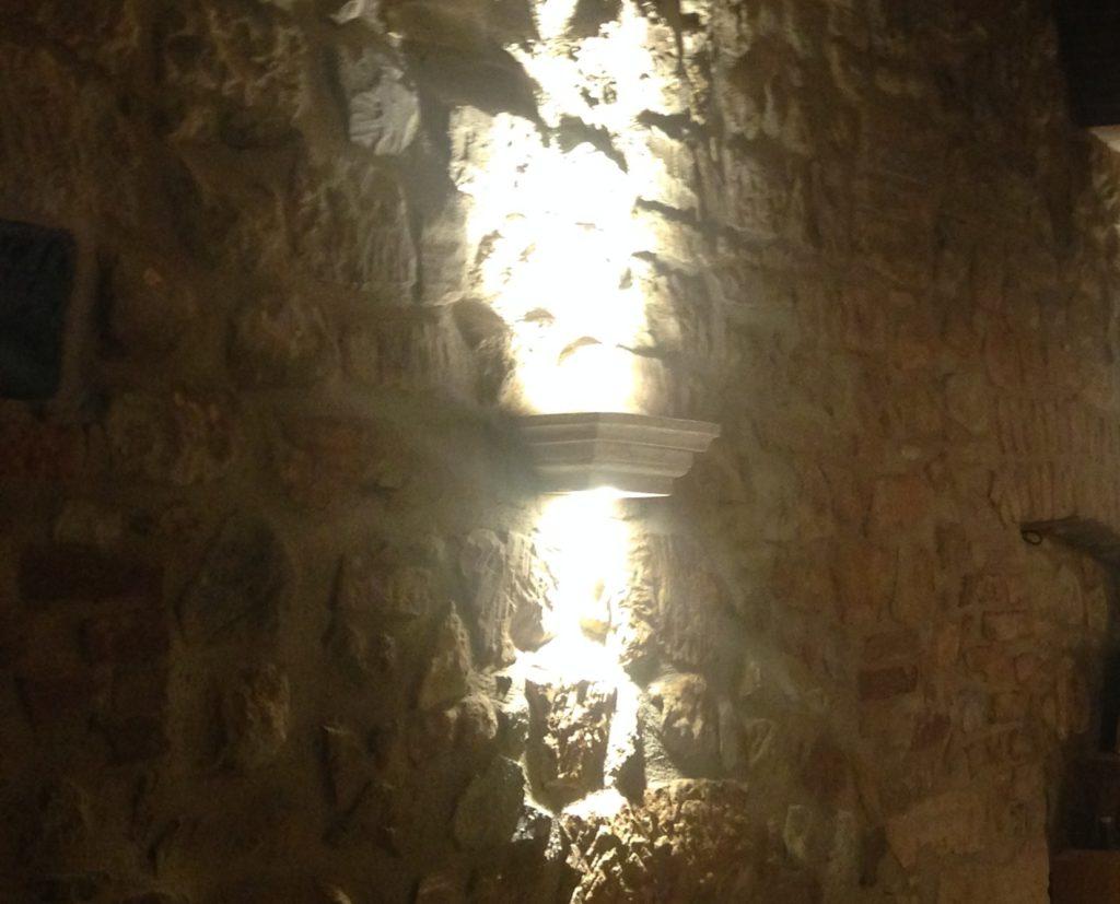 Nuova lampada a muro non invasiva per Trattoria Osenna.